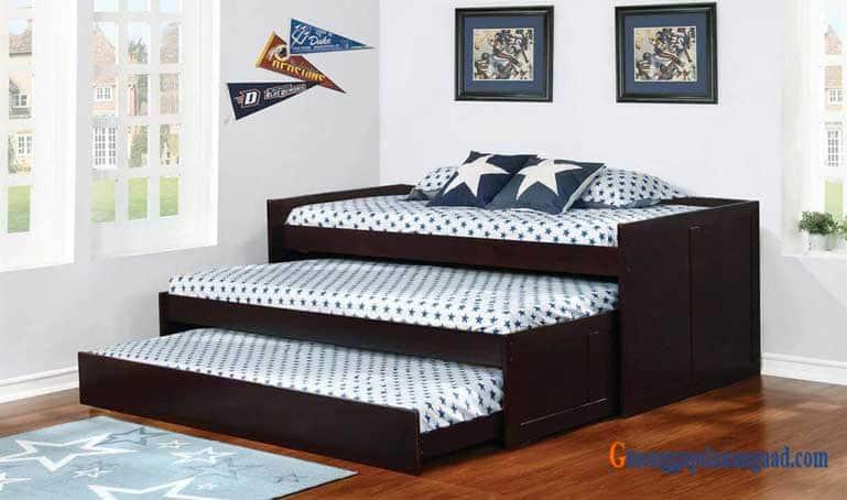 giường thấp có bánh xe và nệm