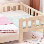 Giường gỗ cho bé kê sát giường bố mẹ