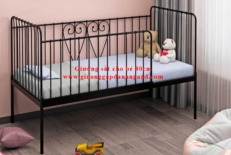 Giường màu đen có 4 lan can bao quanh.